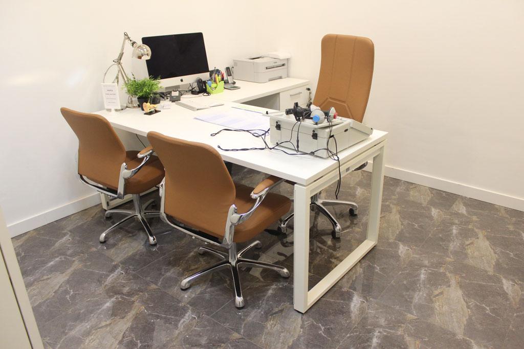 Mobiliario centro auditivo janheke proyectos muebles montiel for Muebles de oficina en murcia